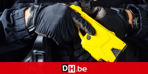 "04.07.2018 in Wiesbaden, Hessen: A police officer stops a Taser at the ready. The Hessian police presents the latest technical innovations in an exercise scenario. Shown are distance electro-pulse devices, so-called ""Taser"", and the new messenger service ""HePolChat"" to improve internal communication with the police. Photo: Andreas Arnold / dpa 