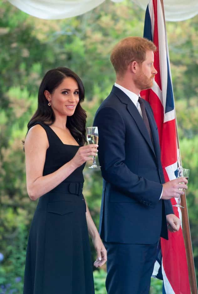 La robe, signée par la néo-zélandaise Victoria Wickstead, laissait apparaître ses épaules.