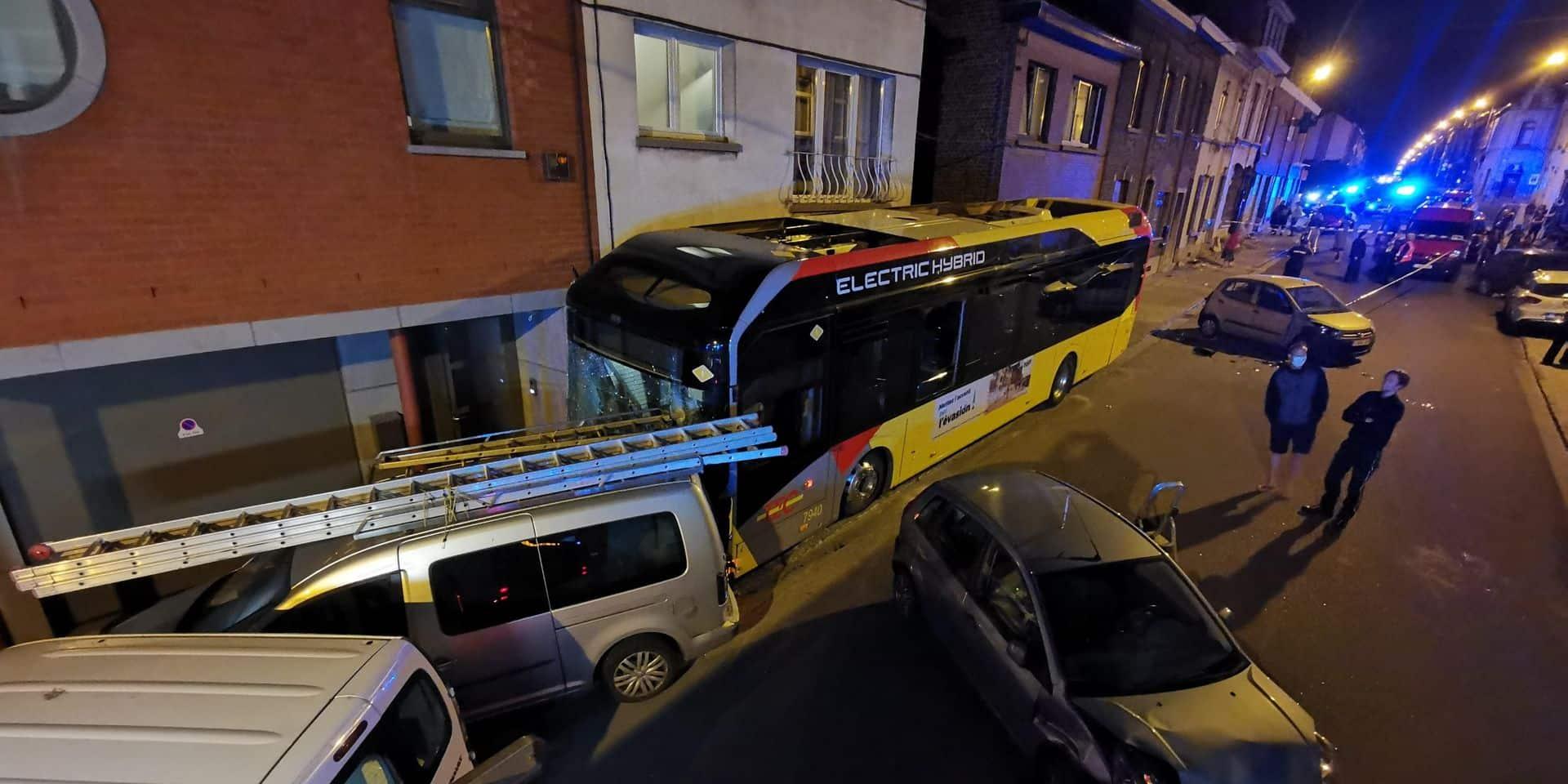 Montignies-sur-Sambre : un chauffeur de bus fait un malaise au volant, des dégâts impressionnants