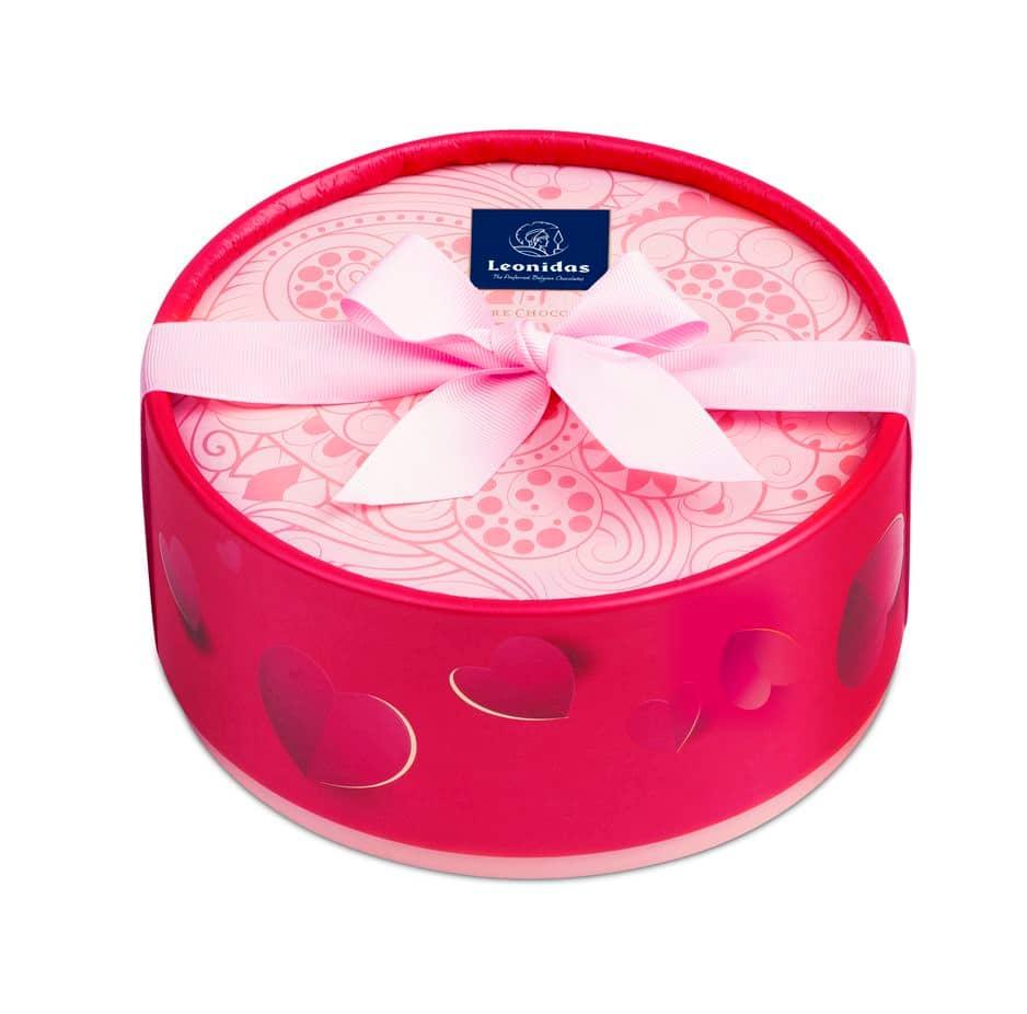 Une boîte ronde parce que les coeurs sont à l'intérieur : fruit de la passion, violette vanille chocolat noir, framboise, vanille chocolat au lait. 22 petits coeurs à partager : 15.90€ (boîte de 10 : 10.90€)