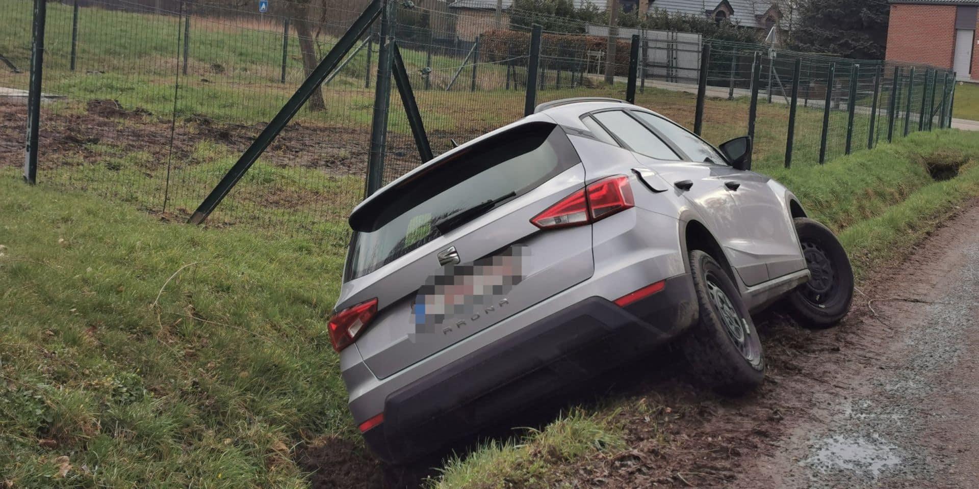 Accident à Leernes: une voiture finit coincée dans le fossé le long de la route