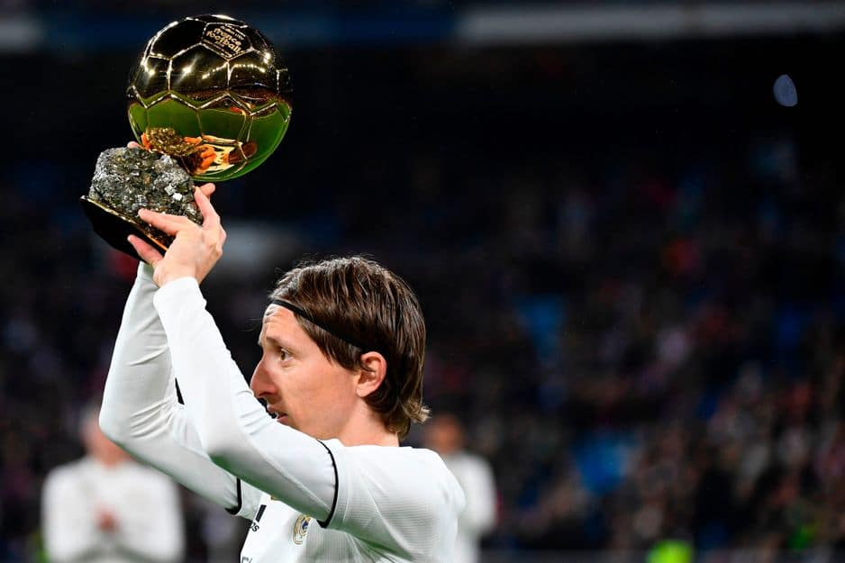 Modric présente son Ballon d'Or au Bernabéu (PHOTOS)