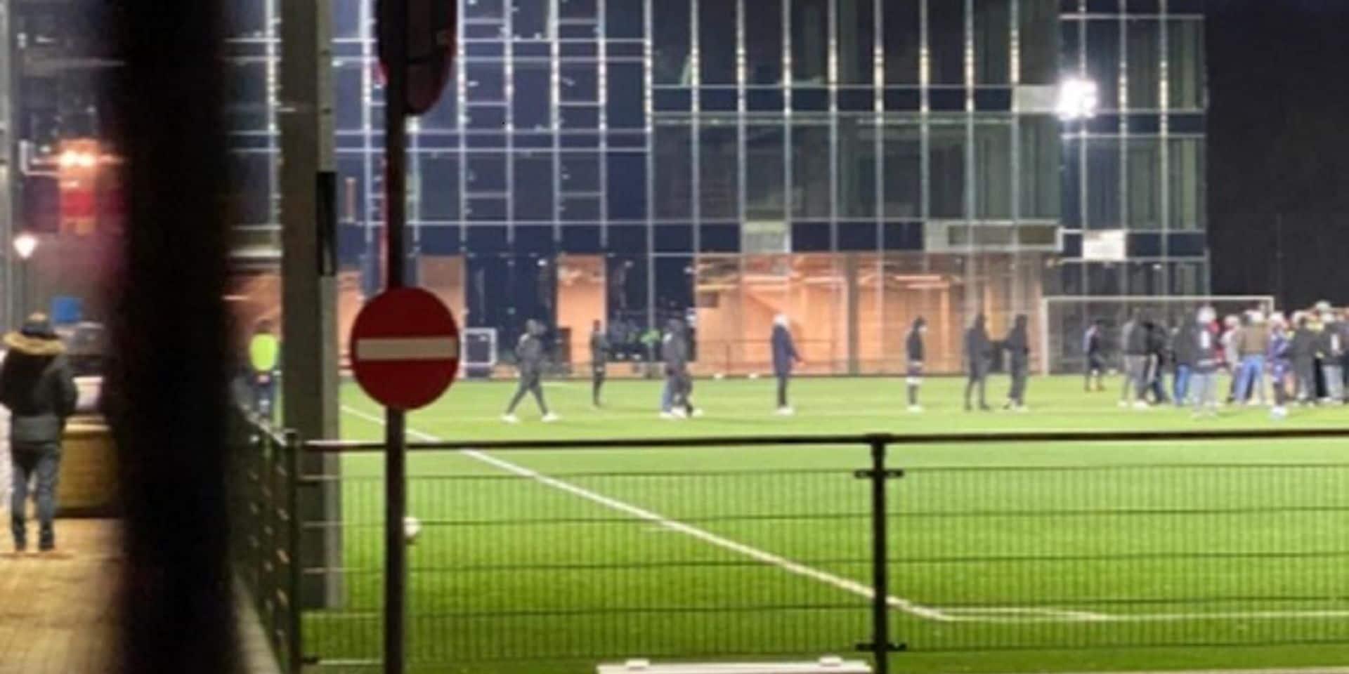 Des supporters de l'Antwerp s'en prennent à Lamkel Zé pendant l'entraînement des U21