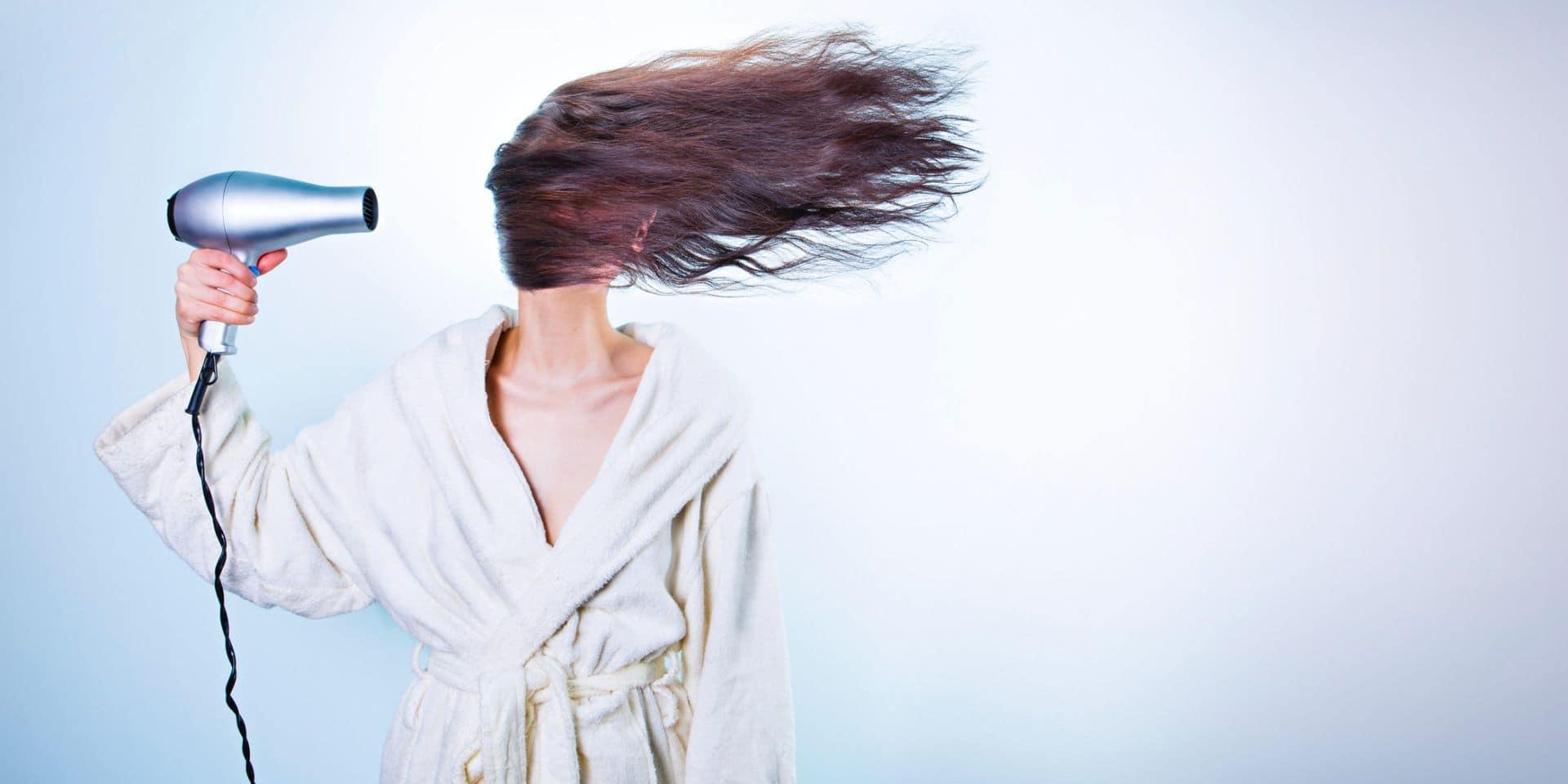Obsession cheveux : se teindre et se couper les cheveux soi-même, les techniques à suivre