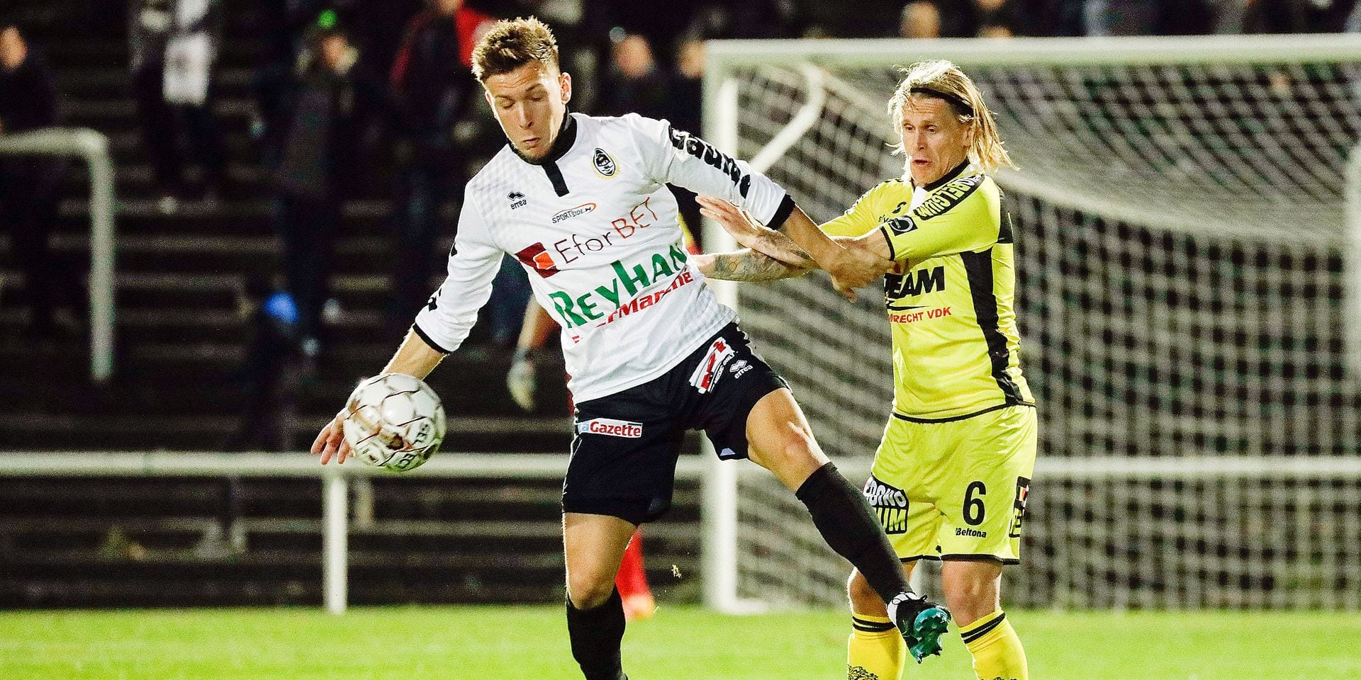 Charleroi's Jordan Henri and Lokeren's Ari Freyr Skulason pictured in action during a soccer game between Olympique Charleroi (Second amateur division) and Sporting Lokeren (JPL, D1), Wednesday 26 September 2018 in Charleroi, in the 1/16th final of the 'Croky Cup' Belgian cup. BELGA PHOTO THIERRY ROGE