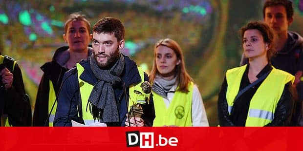 """Yellow vest (Gilets jaune) protestors demonstrate on stage during the ceremony for the 31st Molieres award, the most prestigious prize for theatre in France, at the Folies Bergeres venue in Paris on May 13, 2019 - The banner reads """"Angry arts and entertainment worker (known in France as """"Intermittents du spectacle""""): unemployment benefit for all"""". (Photo by Alain JOCARD / AFP)"""