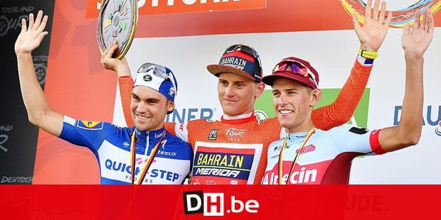 26 August 2018, Germany, Suttgart, Cycling, UCI Europaserie - Deutschland Tour, Lorsch - Stuttgart (207,00 km), Stage 4: Matej Mohoric (M) from Slovenia from Teak Bahrain-Merida celebrates the overall victory at the award ceremony. Nils Politt (r) from Germany from Team Katusha Alpecin finished second, Maximilian Schachmann (l) from Germany from Team Quick-Step Floors third. Photo: Bernd Thissen/dpa Reporters / DPA
