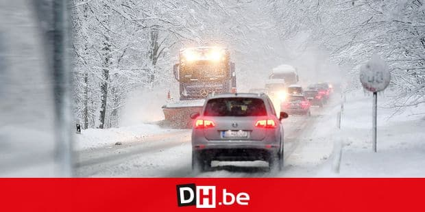 05 January 2019, Bavaria, Berchtesgaden: Cars and a snow plough drive on a snow-covered road in Berchtesgaden (Bavaria). Photo: Tobias Hase/dpa Reporters / DPA