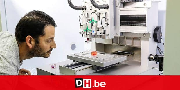 15 April 2019, Israel, Tel Aviv: A researcher inspects a 3D printing device while its working on creating a prototype of a human heart in Tel-aviv University. Photo: Ilia Yefimovich/dpa Reporters / DPA
