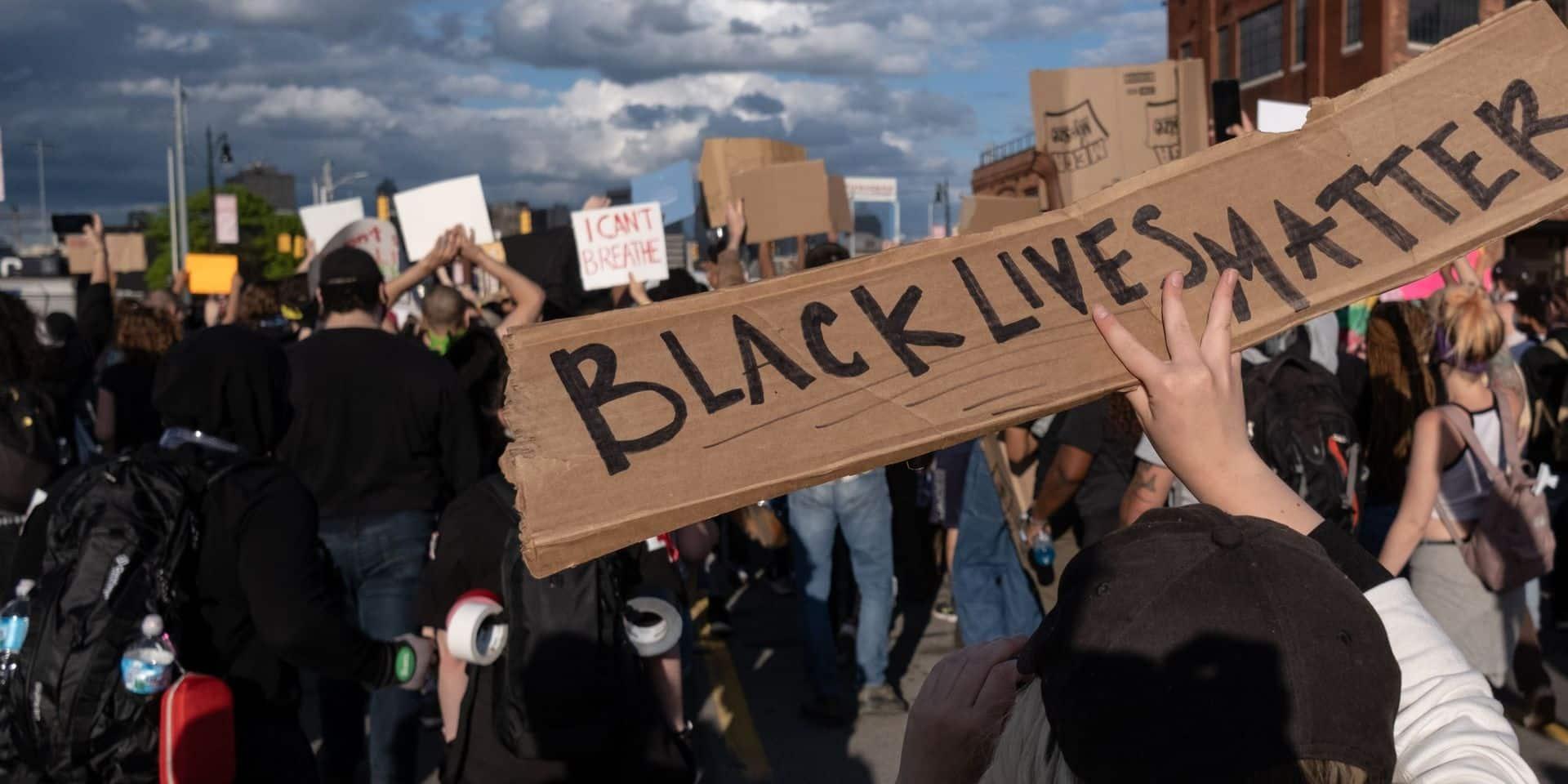 Mort de George Floyd: un shérif enlève son casque et marche avec les manifestants