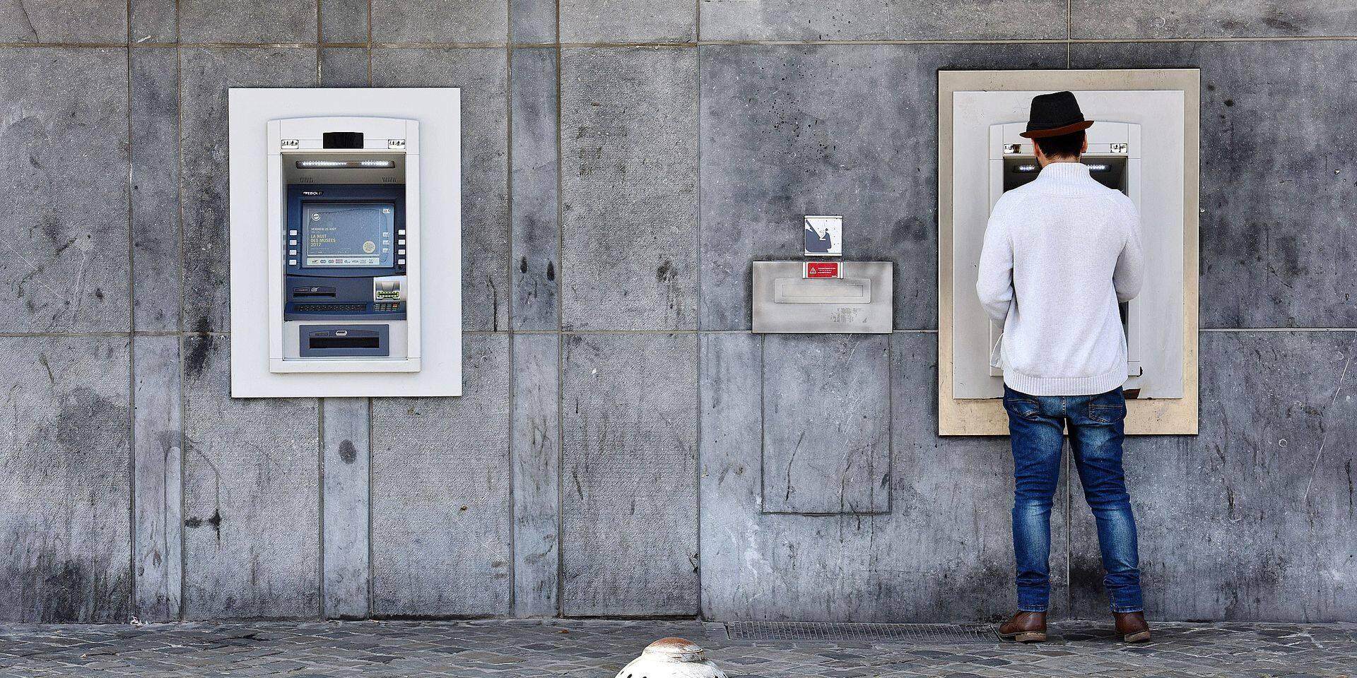 Les frais exorbitants des retraits de cash à l'étranger