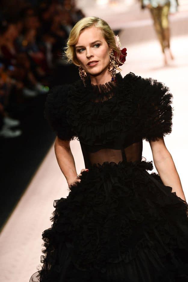 La magnifique Eva Herzigova dans une robe noire aux volutes de soie, représente l'artisanat.