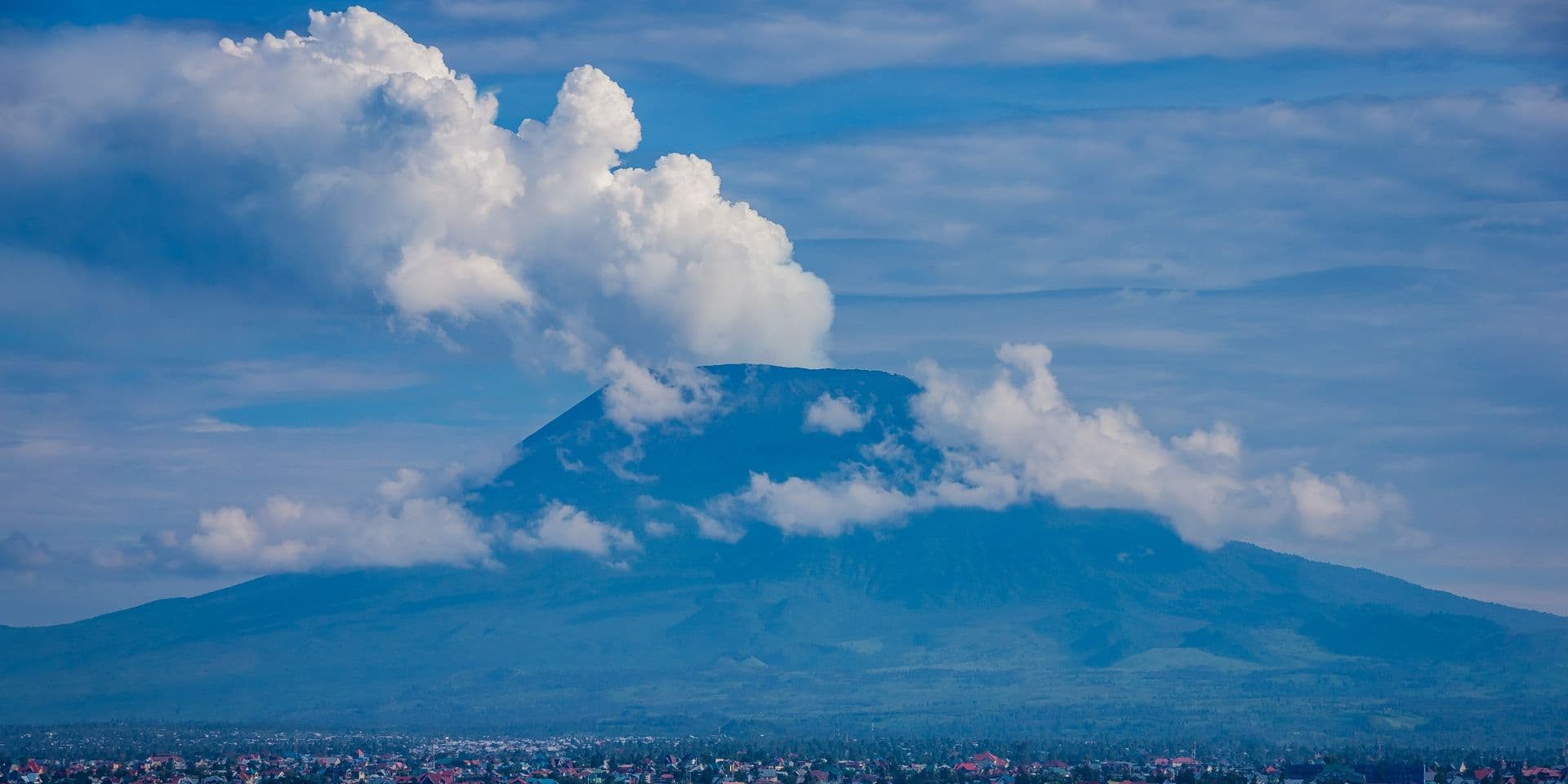 RDC : Le célèbre volcan Nyiragongo près de la ville de Goma est entré en éruption, un ordre d'évacuation a été lancé !
