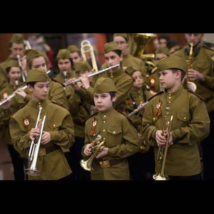 En Russie, les enfants en uniforme de la Deuxième guerre mondiale ne font pas l'unanimité