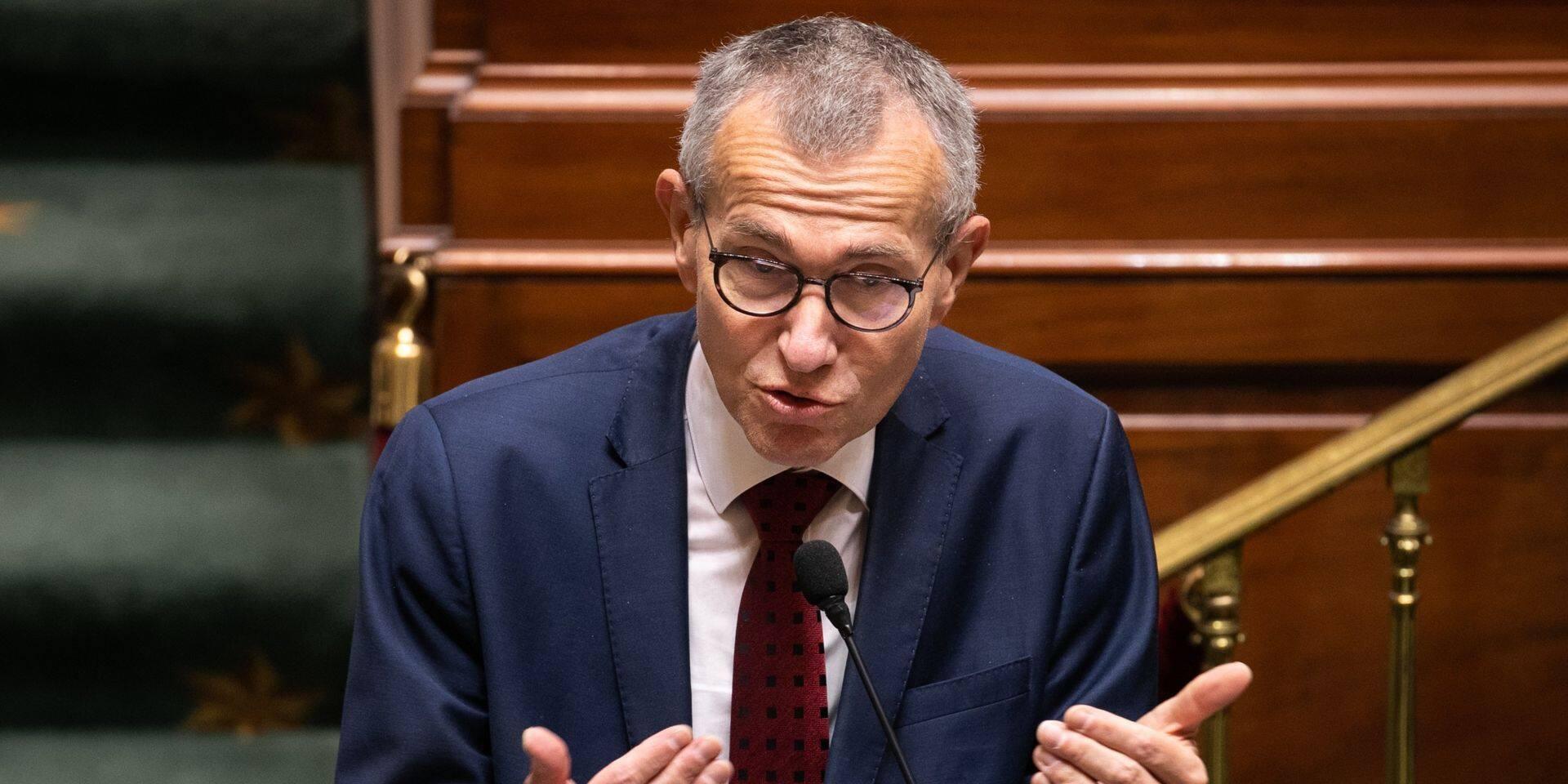 """Le Maximum à facturer protégera les patients du """"covid long"""", annonce Frank Vandenbroucke"""