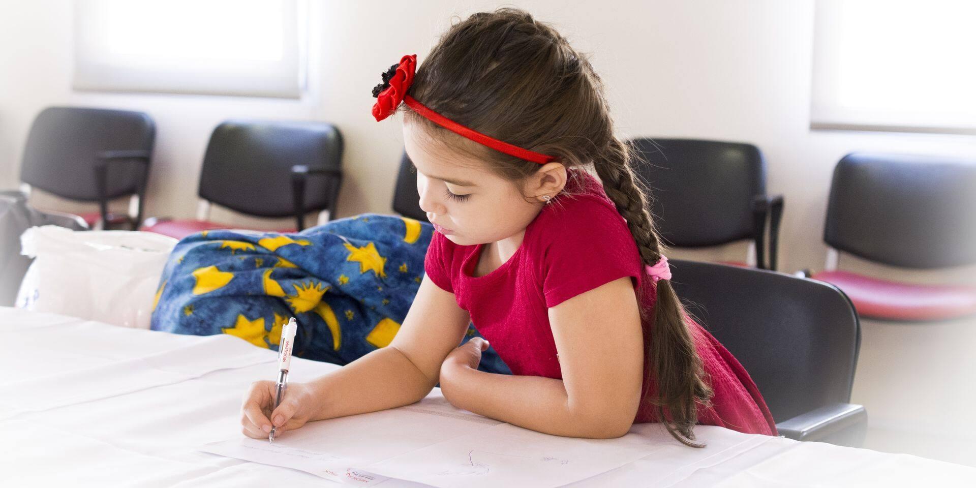 Cahier de vacances, stages de soutien scolaire, deuxième session… : doit-on faire travailler son enfant pendant les vacances ?