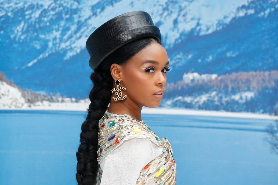 La chanteuse Janelle Monae avait sorti ses plus beaux accessoires Chanel pour rendre hommage à Karl Lagerfeld.