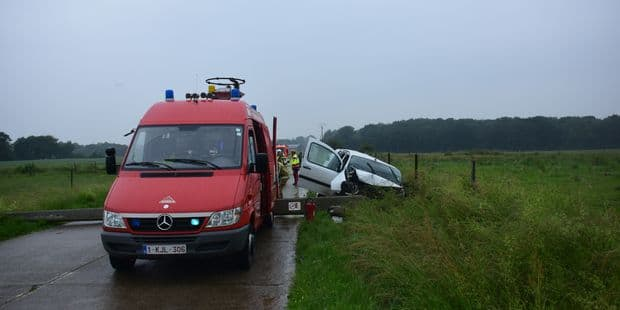 Philippeville: une voiture renverse un poteau électrique à Lautenne - La DH