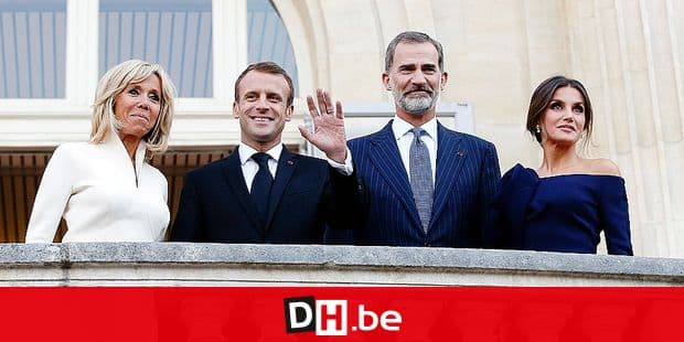 Spain's King Felipe VI, center right, Queen Letizia, right, France's President Emmanuel Macron, center left, and his wife Brigitte, left, pose for photographers prior to visit the Miro exhibition, at the Grand Palais, in Paris, Friday, Oct. 5, 2018. (AP Photo/Thibault Camus)