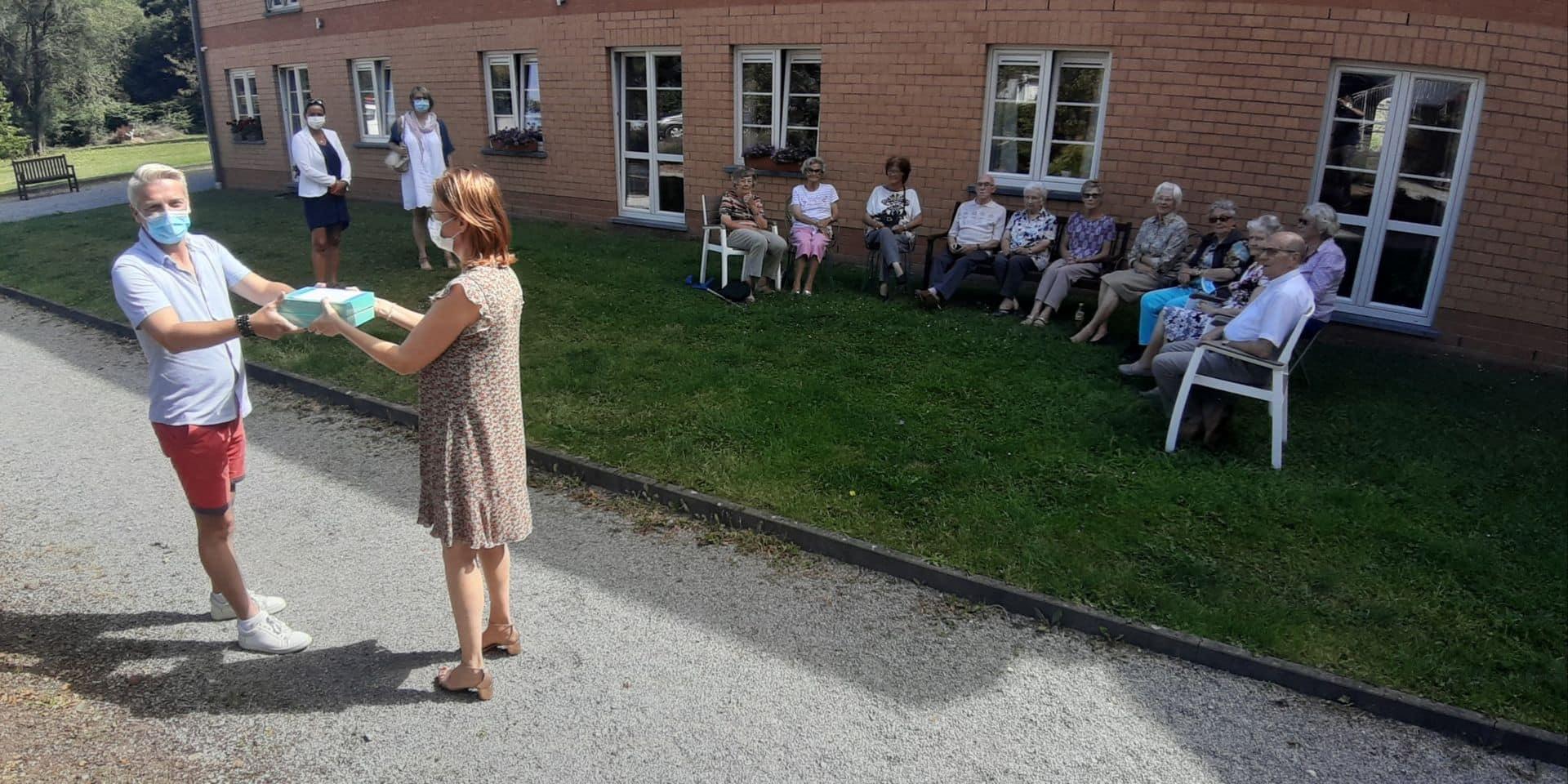 """A Montigny-le-Tilleul, David """"Clo-Clo"""" chante et offre des tablettes pour les aînés"""