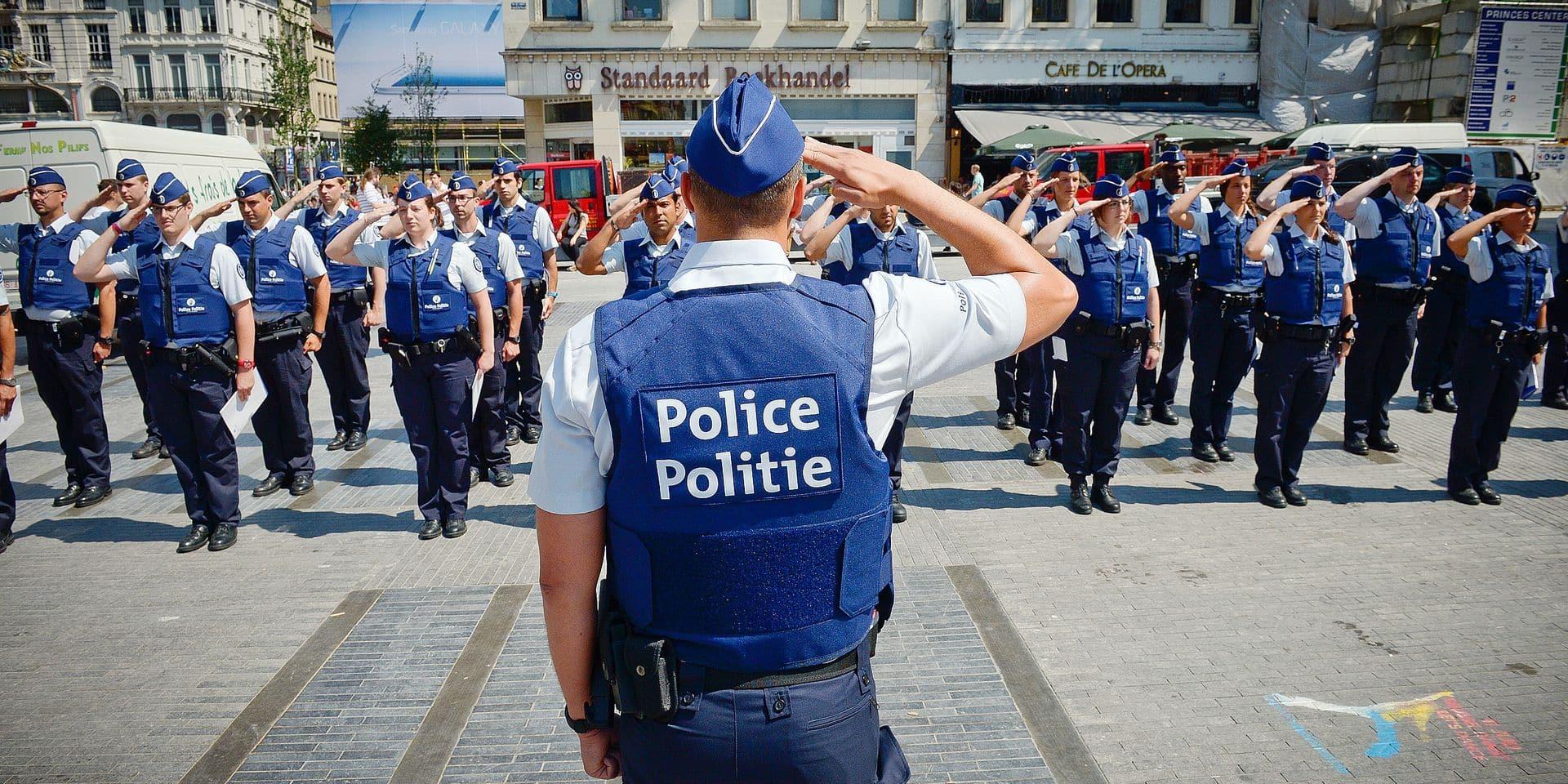 60 aspirants policiers à l'assaut des incivilités. Première opération sur le terrain pour les élèves policiers. Objectif : les sensibiliser à la propreté.Uniforme impeccable et même gilet pare-balles, 60 jeunes recrues, étudiants à l'Erip (pour École Régionale et Intercommunale de Police) sont au garde à vous sur la place de la Monnaie. Dans quelques instants, ils sillonneront, par groupes de quatre, accompagnés d'un inspecteur de la zone Bruxelles-Ixelles et d'un agent des services de la Propreté, les rues du centre-ville pour un premier exercice sur le terrain.