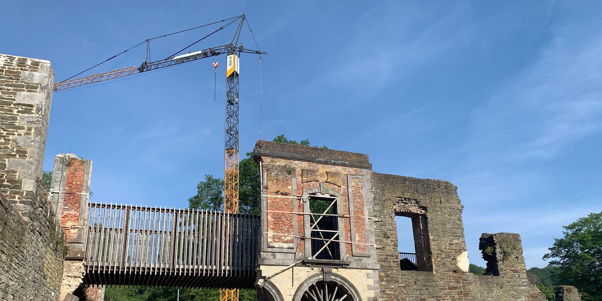 Abbaye de Villers: une grue pour reconstruire les arcades