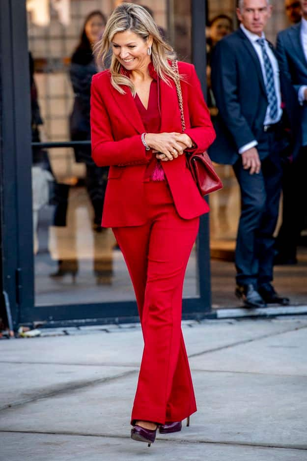 Tailleur pantalon rouge à Utrecht pour le 10e anniversaire de l'initiative du commerce éco-responsable.