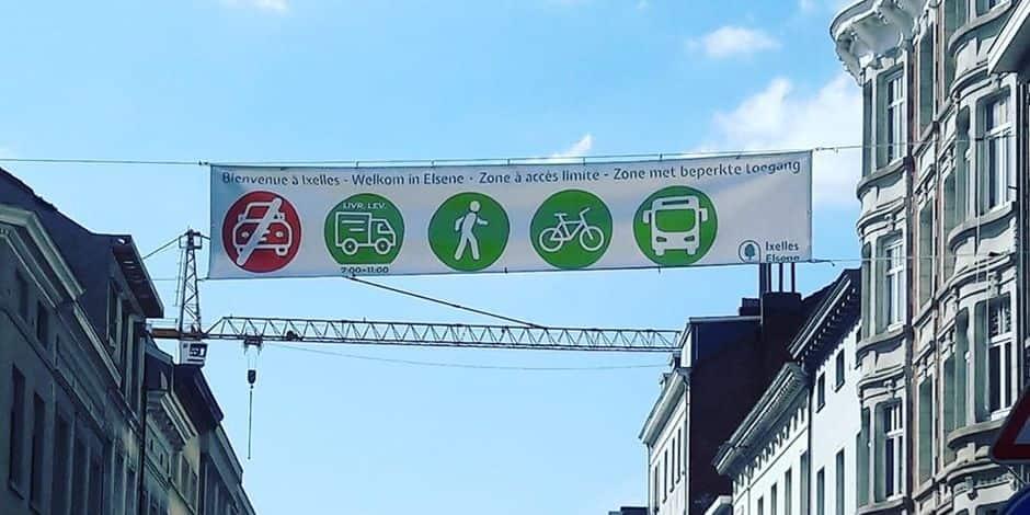 Une banderole indiquant la zone apaisée de la chaussée d'Ixelles pour éviter toute confusion
