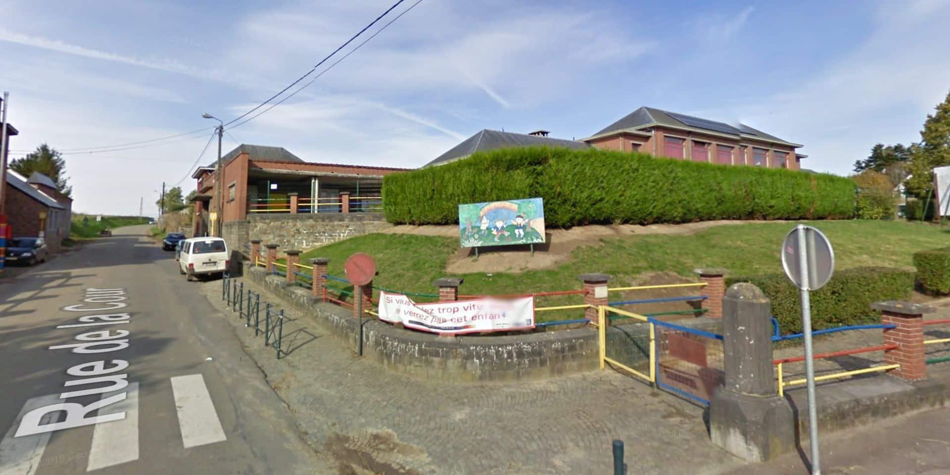 La cour de l'école communale de Thuillies aménagée pour les plantes et les oiseaux