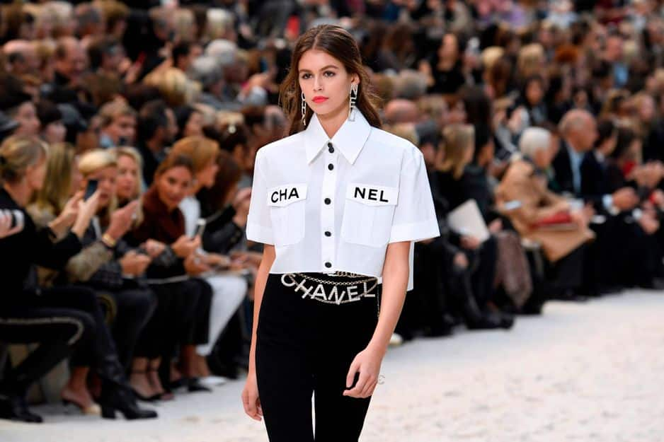 Kaia Gerber porte une chemise oversized signée... Chanel, comme l'indiquent ses poches