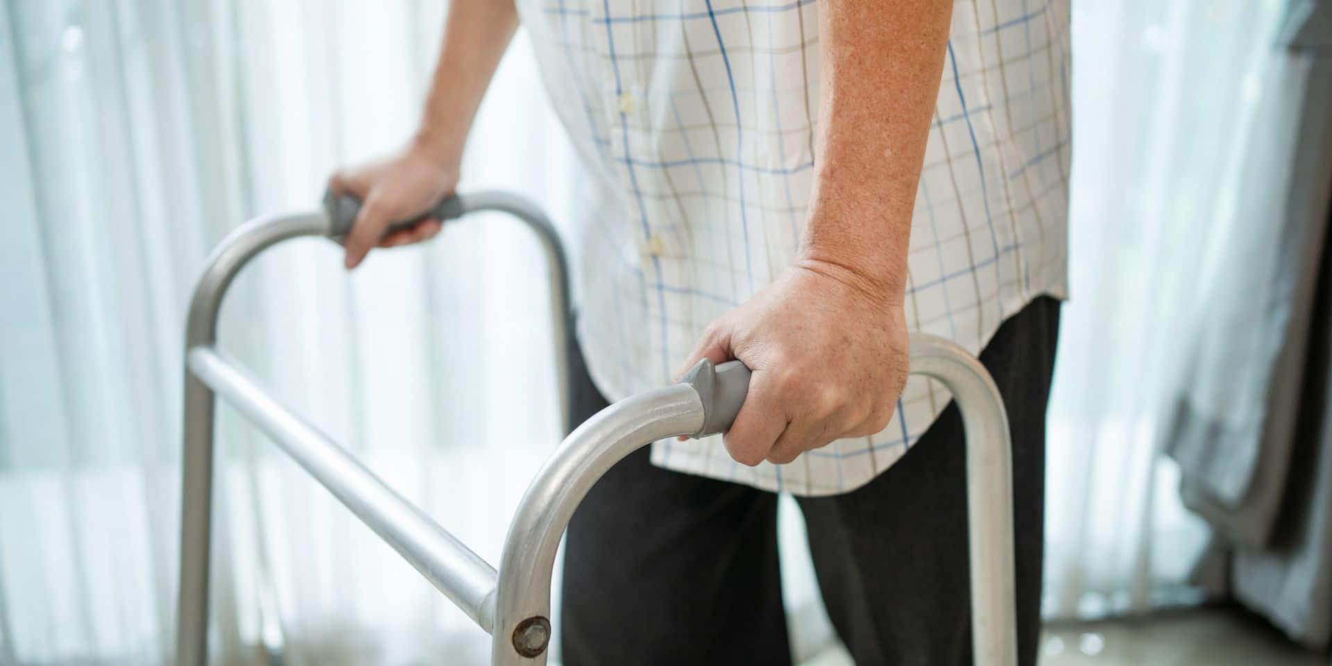 En fauteuil roulant depuis huit ans, il retrouve l'usage de ses jambes après avoir été contaminé par le coronavirus