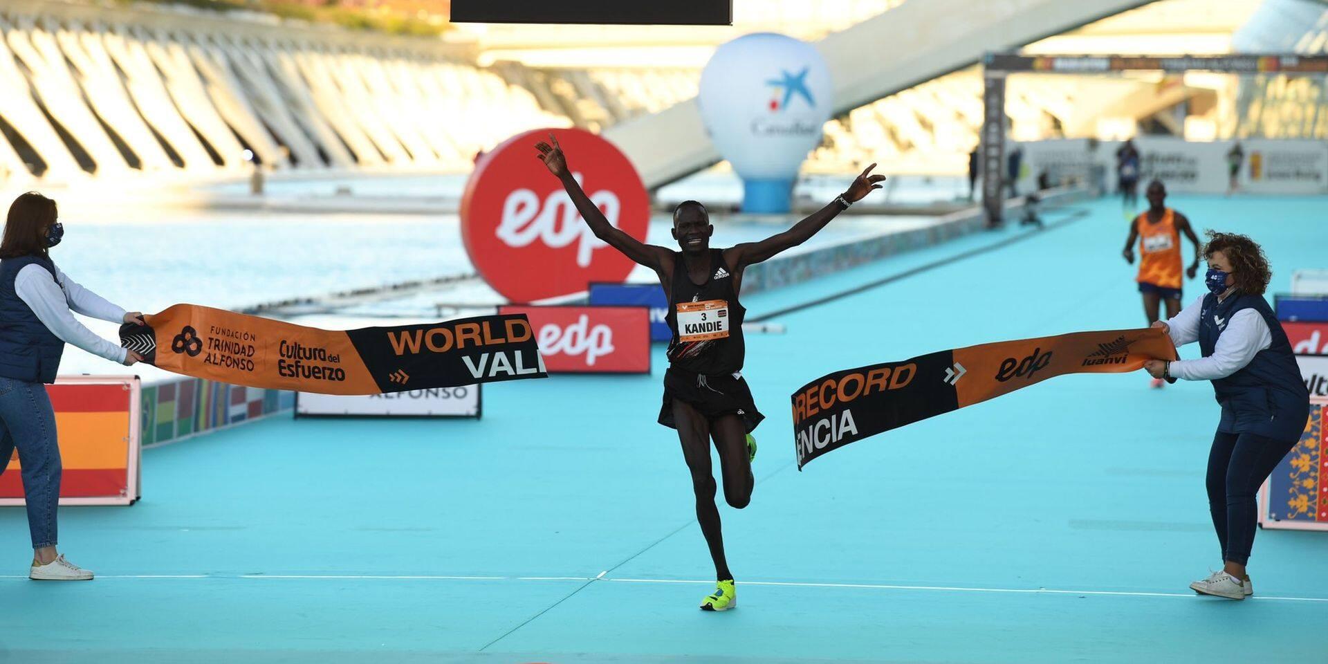 Le Kenyan Kibiwott Kandie explose le record du monde du semi-marathon à Valence