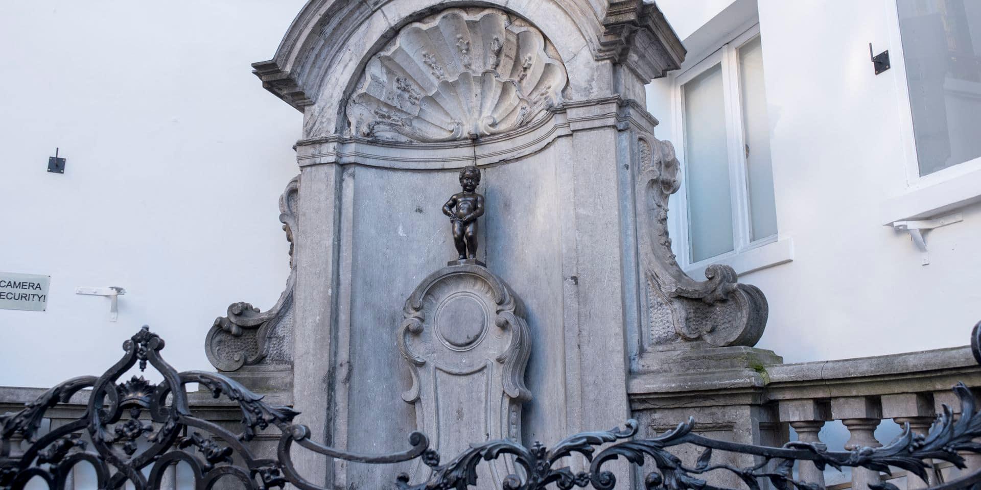 Le Manneken-Pis rend hommage aux victimes des attentats de Bruxelles