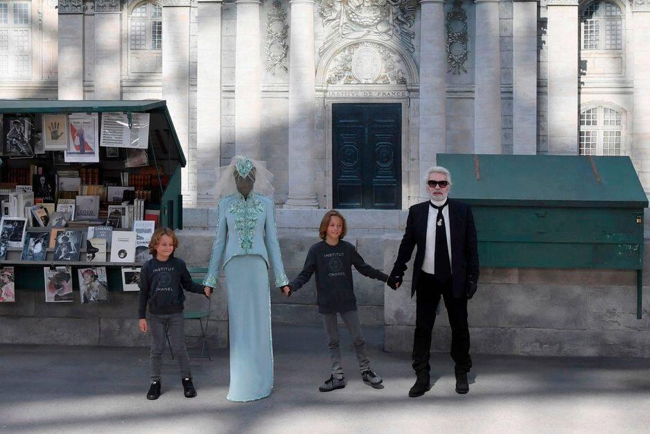 Karl Lagerfeld apparaît pour le final du défilé placé sous le signe de paris.