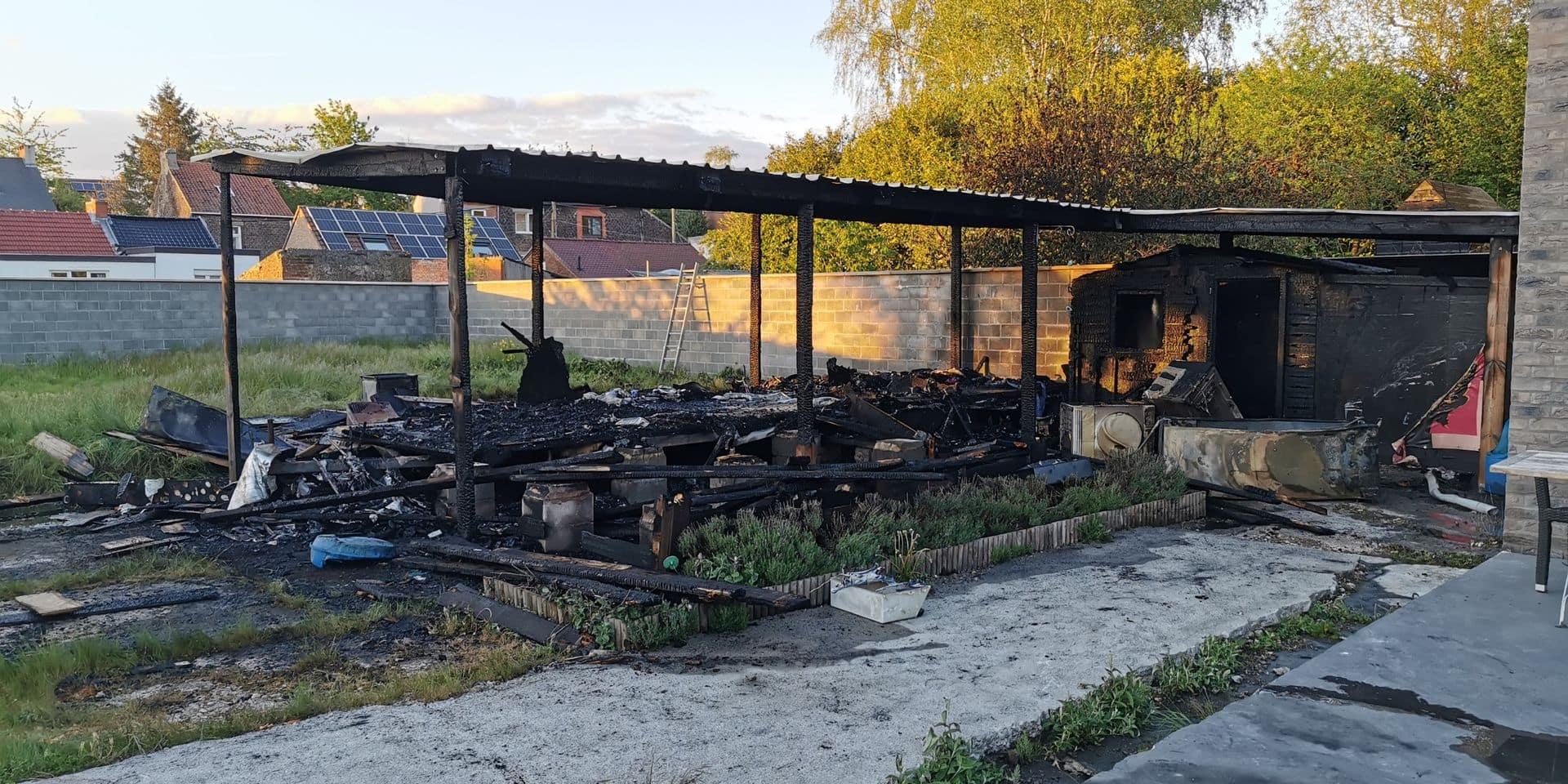 Jumet: une caravane temporaire prend violemment feu dans un jardin