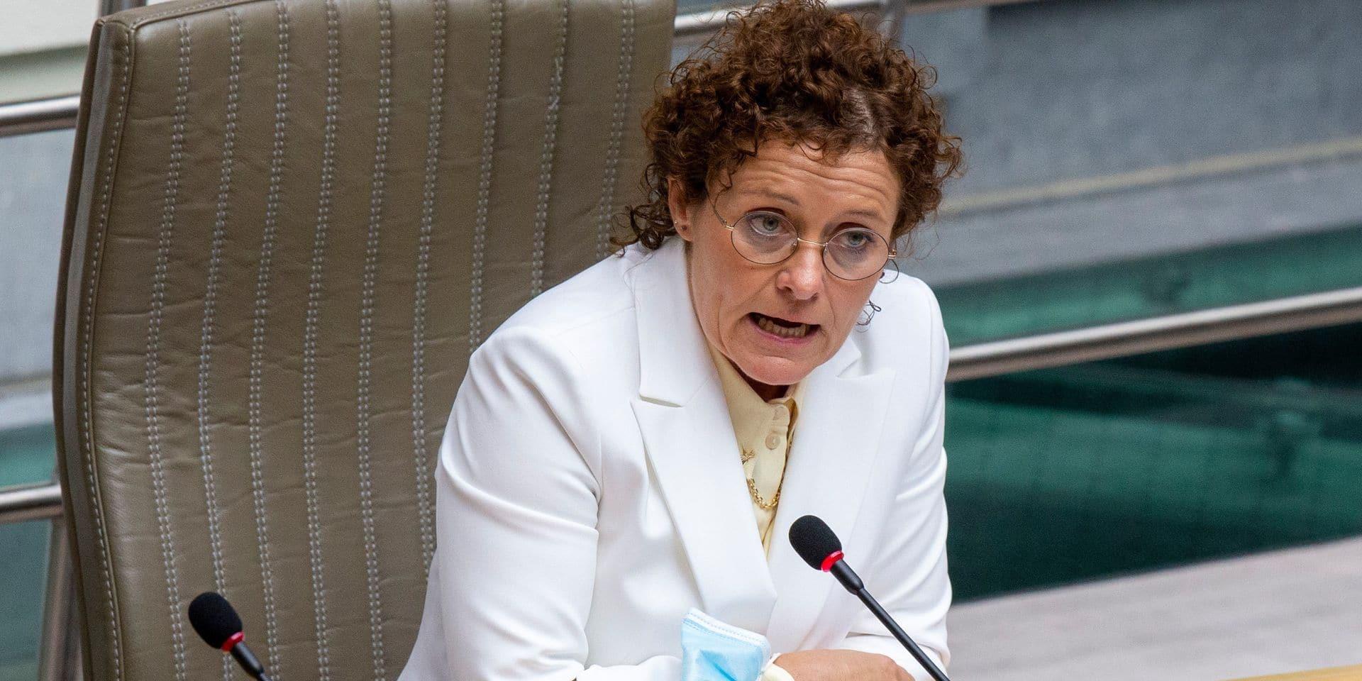 """La ministre Peeters critique le projet actuel de tarification intelligente à Bruxelles : """"une punition"""" pour les Flamands"""