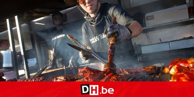 (180630) -- TORONTO, Jun. 30, 2018 () -- A barbequer adds a thick coating of barbecue sauce to ribs during the 2018 Toronto Ribfest in Toronto, Canada, June 29, 2018. The four-day annual event kicked off on Friday to draw thousands of eaters. (/Zou Zheng) (djj) Reporters / Photoshot