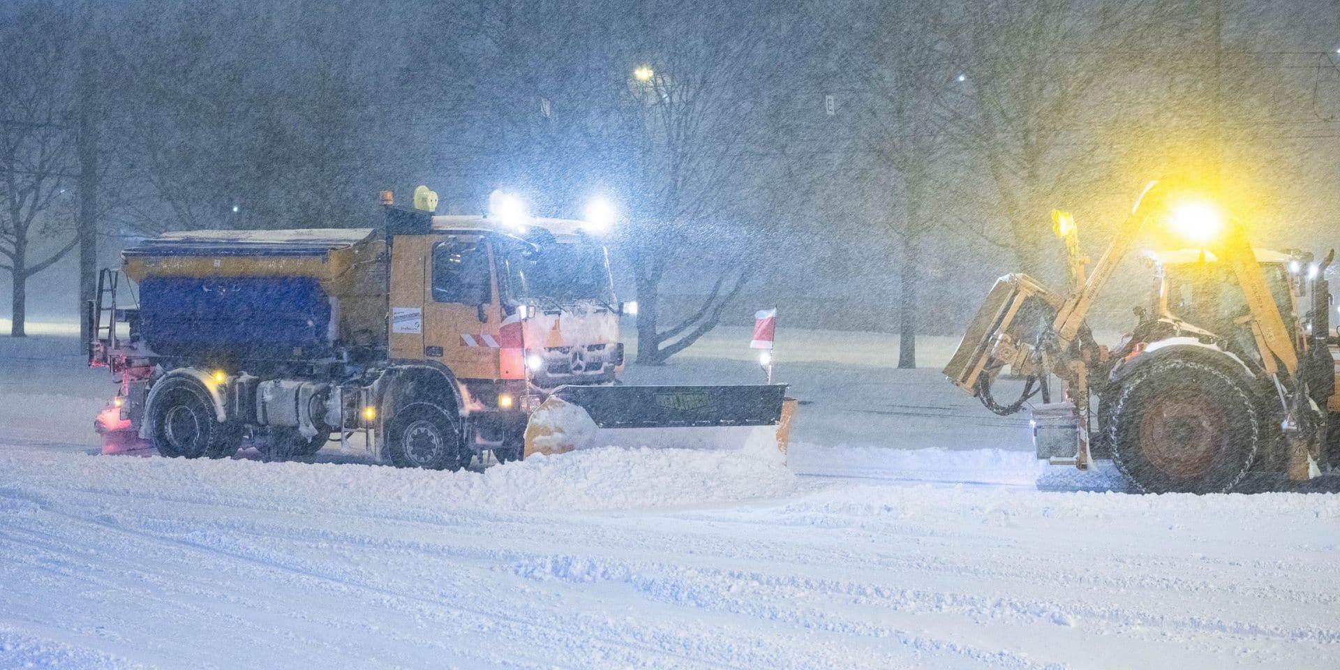 La ville de Bielefeld est figée par la neige.