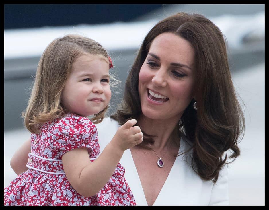 La princesse Charlotte accompagne ses parents lors de leur tournée officielle en Pologne et en Allemagne au mois de juillet 2017.