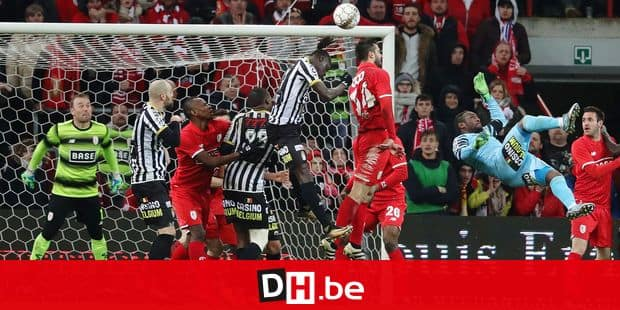Charleroi's Mamadou Fall, Standard's Konstantinos Laifis and Charleroi's goalkeeper Parfait Mandanda fight for the ball during the Jupiler Pro League match of Play-Off group 1, between Standard de Liege and Sporting Charleroi, in Liege, Friday 30 March 2018, on day one of the Play-Off 1 of the Belgian soccer championship. BELGA PHOTO VIRGINIE LEFOUR