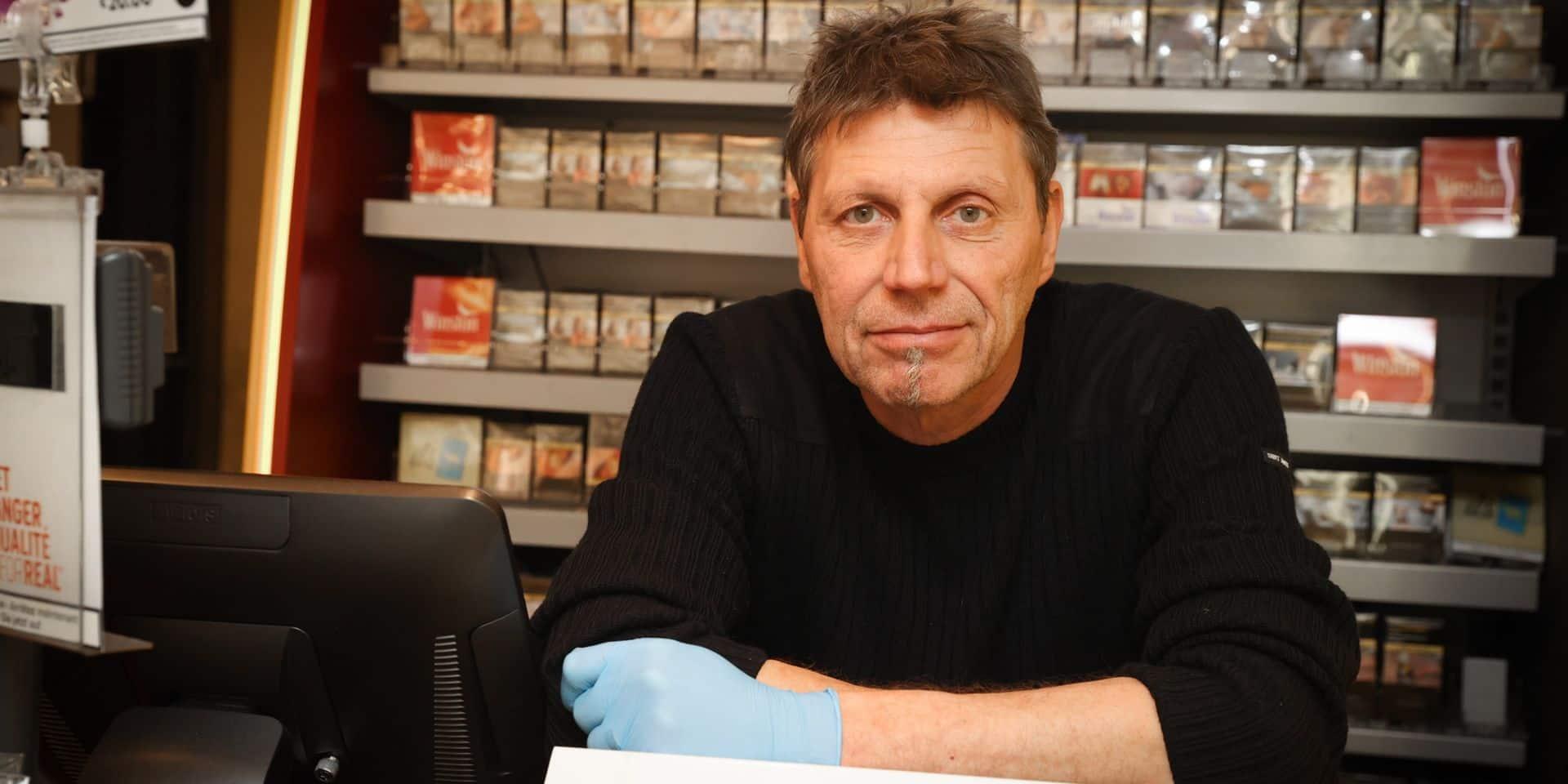 """Philippe, libraire à Jette depuis 28 ans, est un des rares commerces ouverts: """"Les gens sont contents de pouvoir parler"""""""