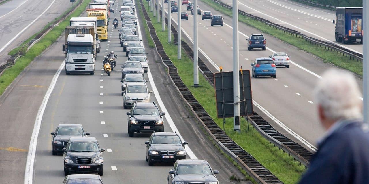 De files s'étirent sur le ring anversois en raison d'un grave accident à Borgerhout: deux camions sont entrés en collision