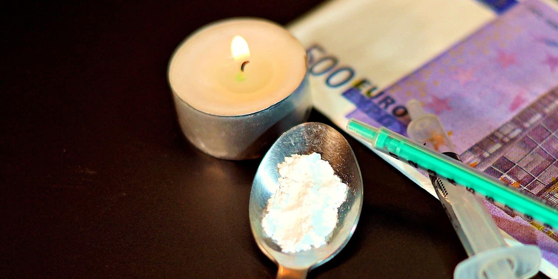Samir, dealer de cocaïne et d'héroïne, appréhendé par la police dans un lavoir