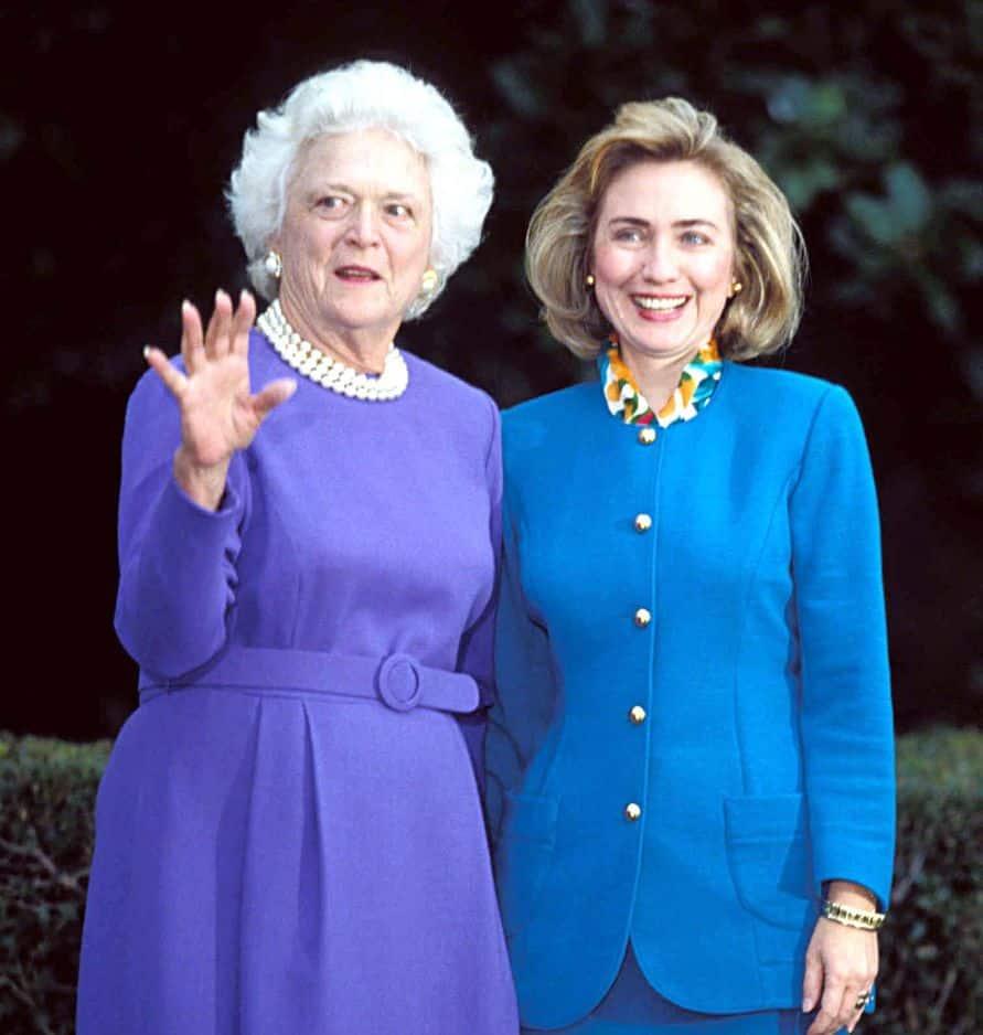 Barbara Bush fait faire le tour du propriétaire à Hillary Clinton le 19 novembre 1992. Bill Clinton, qui a été élu 42e président des Etats-Unis, sera investi quelques mois plus tard, le 20 janvier 1993.