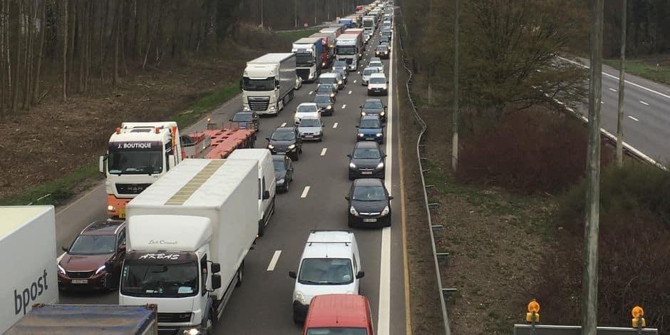 Le Roeulx: un blessé grave dans un accident impliquant trois camions sur l'autoroute