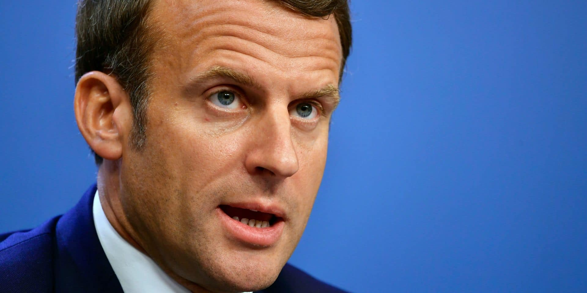 """Des photos de Macron, torse-nu en vacances, fuitent et font jaser: """"Il arrosait ses gardes du corps comme un gamin"""""""