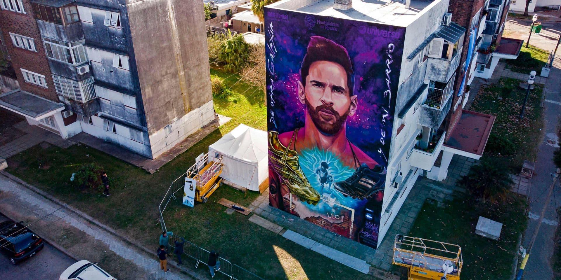 """Une fresque murale géante célèbre Messi, venu """"d'une autre galaxie"""", à Rosario, sa ville natale"""