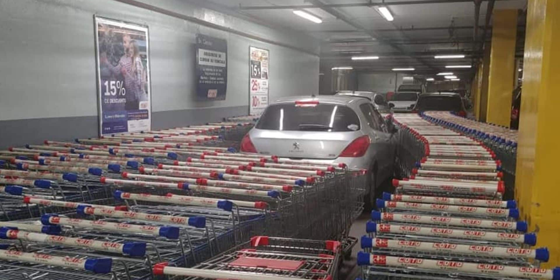 Mal garé dans un supermarché, il retrouve sa voiture entouré... de chariots