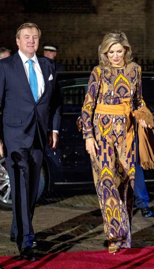 Un look imprimé qu'on a moins l'habitude de voir sur Maxima : cette longue robe en soie fluide rappelle les belles pièces de Dries van Noten, le créateur belge que la reine aime beaucoup.
