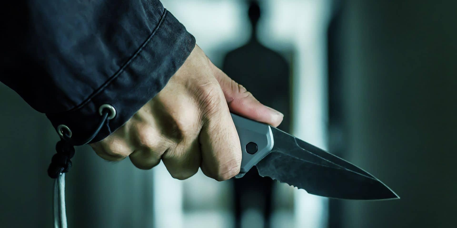 Il assène des coups de couteau à un client dans un bar à Tubize